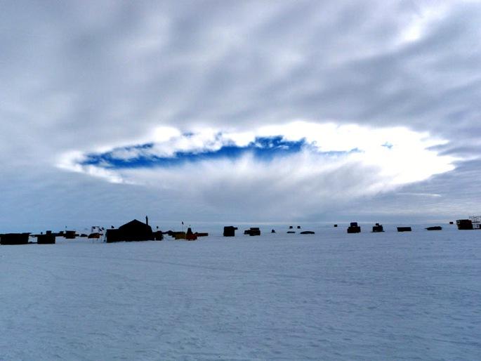 Díru v mracích nad Antarktidou vytvořilo letadlo